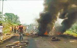 Os manifestantes queimaram pneus e pedaços de madeira...