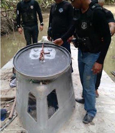 O veículo tem cerca de 20 metros de comprimento por 3 metros de largura, com uma escotilha saliente no alto (Foto: Divulgação/Polícia Civil)