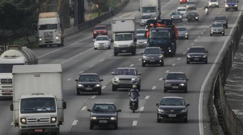 27 07 2016 SAO PAULO SP CIDADE LEI FAROL ESTRADAS Mesmo apos nova lei que exige que carros andem com o farol ligado nas estradas e rodovias durante o dia comecar a ser aplicada, sinalizacao orientando os motoristas ainda nao existe. Na foto .FOTO GABRIELA BILO / ESTADAO