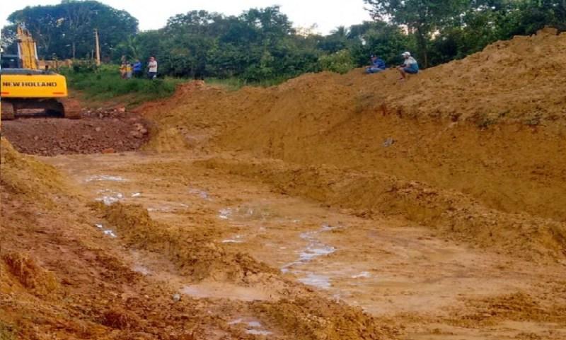 Limpeza de atoleiros para preencher com cascalho (Foto WhatsApp-Jornal Folha o Progresso)