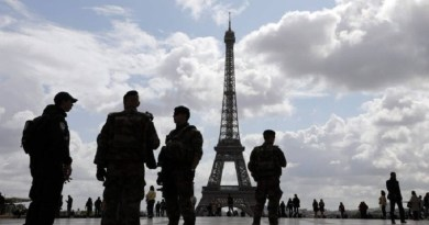 x71595220_Policemen-and-French-soldiers-from-the-Sentinelle-operation-patrol-on-the-trocadero-Square.jpg.pagespeed.ic.Bo8eQ_lgUP