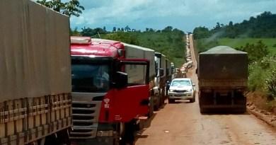 Caminhões parados na rodovia BR 163 no Pará (Foto Adelar Belling)