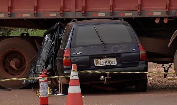Carro ficou praticamente embaixo da carreta (Foto: Magnos Oliveira/TVCA)