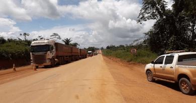 Caminhoneiros parados na BR-163 devido péssimas condições de tráfego, recebem comida e água. — Foto: Divulgação/ Twitter Dnit Oficial