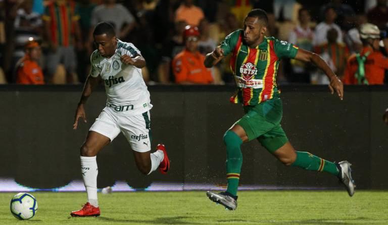 O jogador Carlos Eduardo, da SE Palmeiras, disputa bola com o jogador, do Sampaio Corrêa FC, durante partida valida pelas oitavas de final, ida, da Copa do Brasil, no Estádio Castelão.