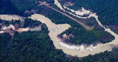 Imagem captada pela Hutukara Associação Yanomami em abril de 2019 mostra mineração de ouro ilegal na terra indígena em Roraima Imagem captada pela associação Hutukara em abril de 2019 mostra mineração de ouro ilegal na TI Yanomami em Roraima