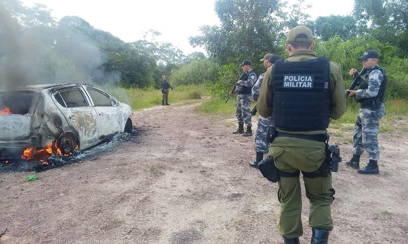Criminosos incendiaram um carro, após o assalto. — Foto: Reprodução / PRF