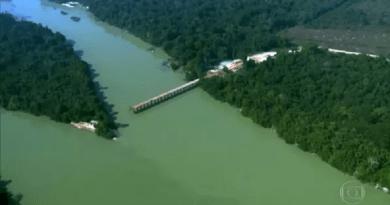 Ponte é construída sem autorização sobre o rio Jamanxim, no Pará — Foto: Reprodução/TV Globo