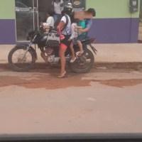 Mulher é flagrada transportando 4 crianças em motocicleta em Novo Progresso
