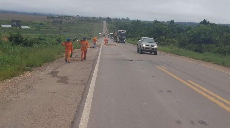 Concessionaria tapa buracos na rodovia BR 163 (foto:Jornal Folha do Progresso)