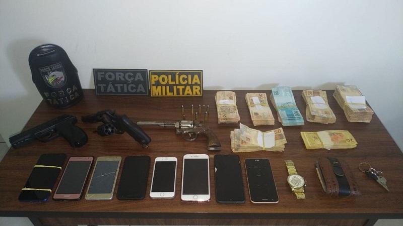 A PM apreendeu armas de fogo, celulares de clientes e R$ 32 mil — Foto: PM-MT