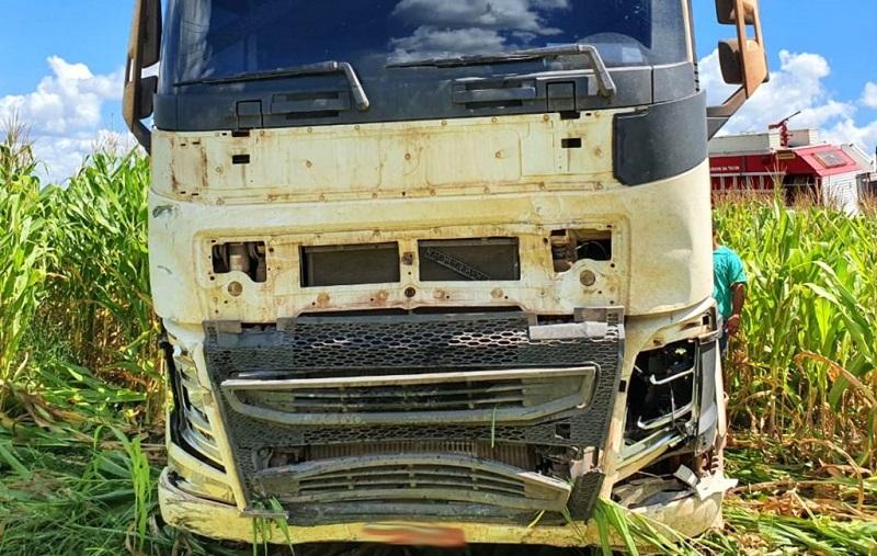 Matupá-BR-163-acidente-caminhão-volvo-e-carro-6-abril-2020-assessoria-1024x680