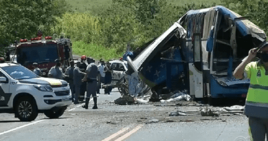 Ônibus e caminhão colidem em sp