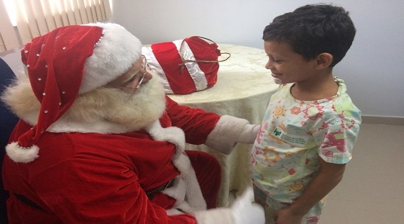 Crianças internadas no HRSP irão receber presentes arrecadados. Imagem registrada antes da pandemia. Fotografia Comunicação Pró-Saúde