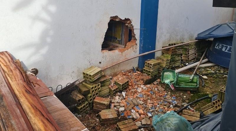 Ladrões abriram buraco na parede lateral da empresa (Foto:Via WhatsApp)