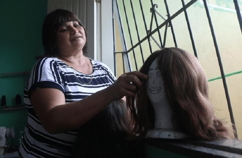 Regina Formigosa sofreu escalpelamento e hoje produz perucas para ela e às outras vítimas (Foto: Thiago Gomes / O Liberal)