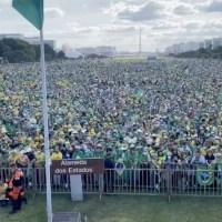 Multidão lota Esplanada dos Ministérios em apoio a Bolsonaro, neste sábado