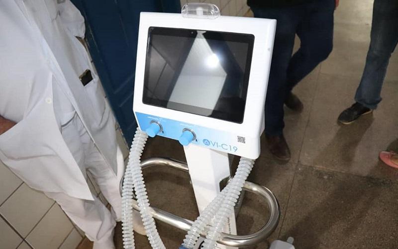 O ventilador pulmonar serve para auxiliar os pacientes com insuficiência respiratória (falta de capacidade de respirar sozinho). O aparelho funciona administrando a quantidade de ar que entra e sai do pulmão e controlando a mistura de gases utilizada e a quantidade de oxigênio.