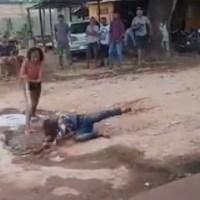 Duas mulheres brigam no meio da rua e são apartadas por populares em Novo Progresso- Vídeo