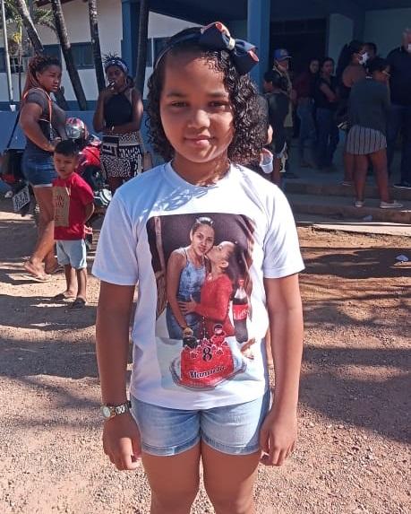 Manuella filha de Marinete de 8 anos participou do protesto (Foto:Adria Karoline para Jornal Folha do Progresso)