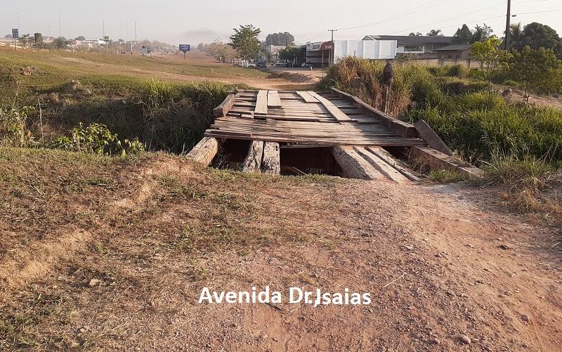 Ponte esta mais de ano abandonada sem sinalização(Foto:Adria Karoline ) .
