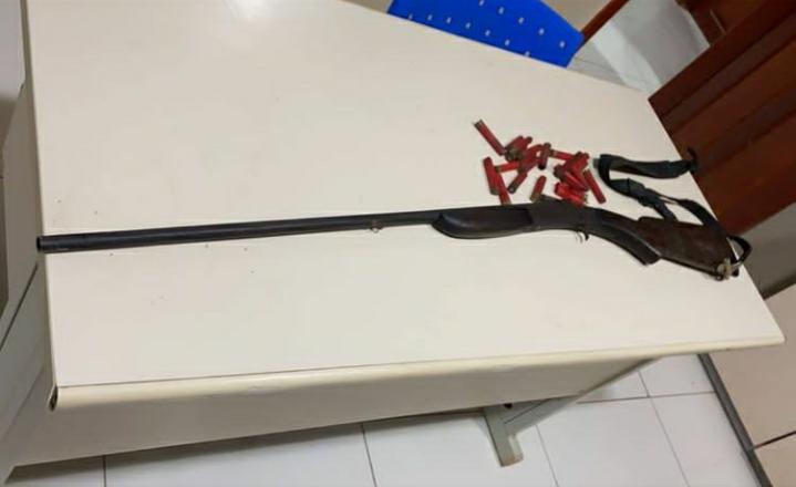 Espingarda e munição apreendida (Foto:divulgação PM)