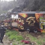 Vocalista de banda regional morre em acidente com ônibus; mulher fica gravemente ferida