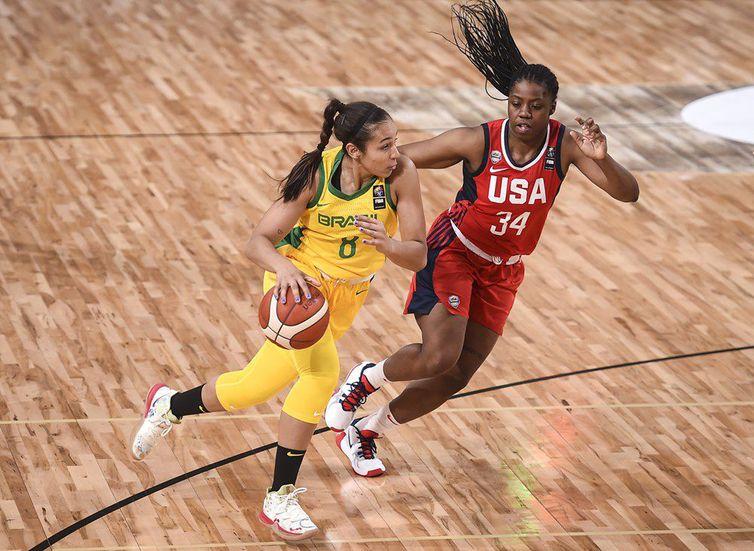 Tainá atuando pela seleção brasileira contra os Estados Unidos