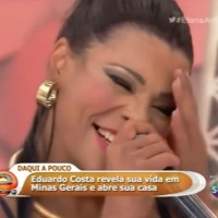 Cantora sem calcinha mostra demais no 'Programa Eliana'