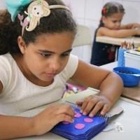 Alunas com deficiência visual são alfabetizadas em Braille na Escola Municipal Maria da Terra