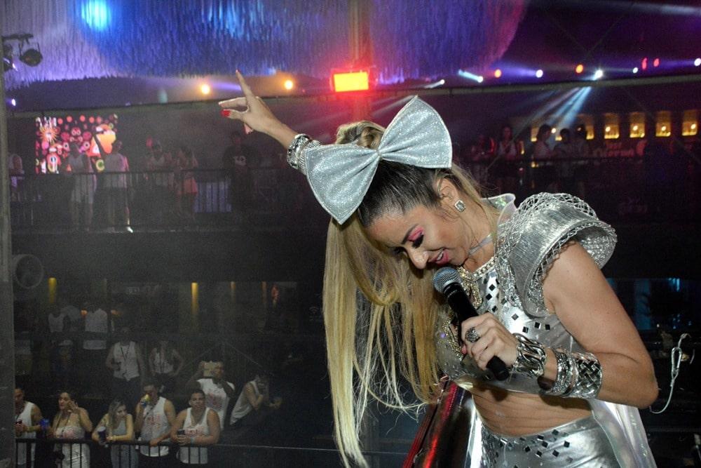 Cantora Luana Monalisa leva multidão na primeira noite em seu Trio Elétrico no Circuito Dodô