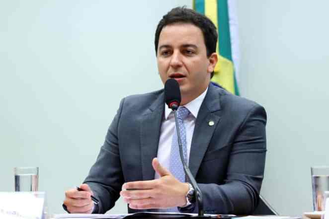 O deputado federal Célio Studart (PV/CE), protocolou o projeto que anula o Convênio que isenta os agrotóxicos da cobrança de impostos (Imagem: Vinicius Loures/Câmara dos Deputados)