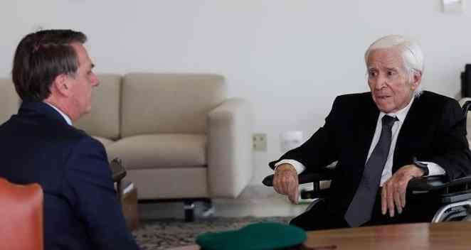 """O presidente Jair Bolsonaro recebeu Sebastião Curió Rodrigues de Moura, o """"Major Curió"""". O coronel reformado admitiu a execução de 41 militantes da esquerda armada presos durante a Guerrilha (Imagem: Reprodução/Facebook)"""