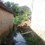 Morador reclama de terra despejada em valão no bairro São Gabriel em Guarapari