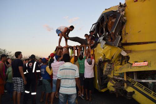Em Piancó, choque de ônibus escolares deixa uma vítima fatal e dezenas de feridos