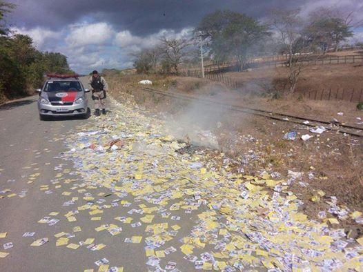 Patos: bandidos roubam e ateiam fogo em material de campanha de candidatos