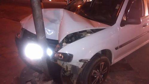 Em Patos: motorista bate o carro em semáforo e o abandona no local