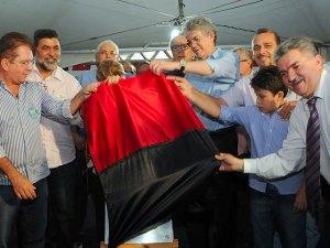 Governador inaugurando  o binário do Jatobá