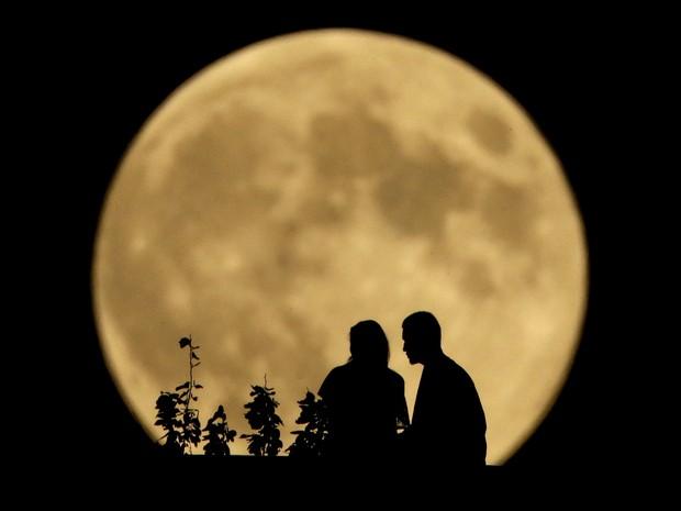 Superlua ocorre na noite deste domingo; saiba o que é o fenômeno