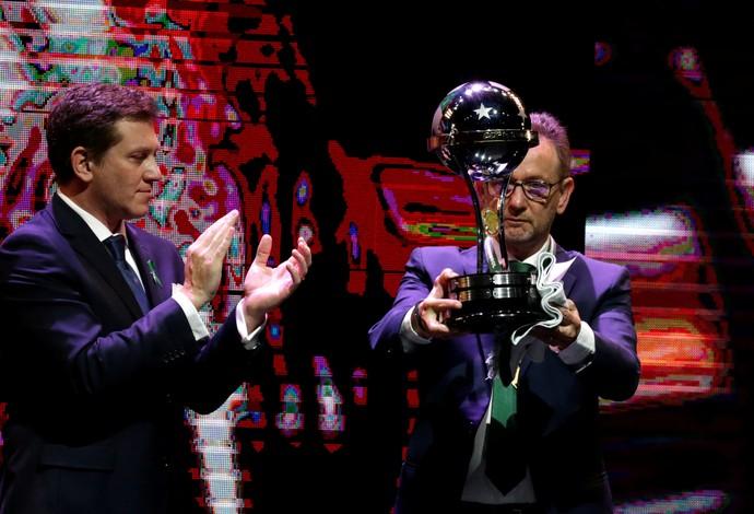 Chapecoense recebe troféu de campeã da Sul-Americana 2016