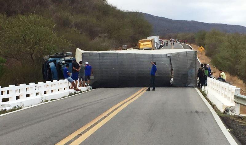 Uma pessoa morre e outra fica ferida em acidente envolvendo caminhão na Serra de Santa Luzia