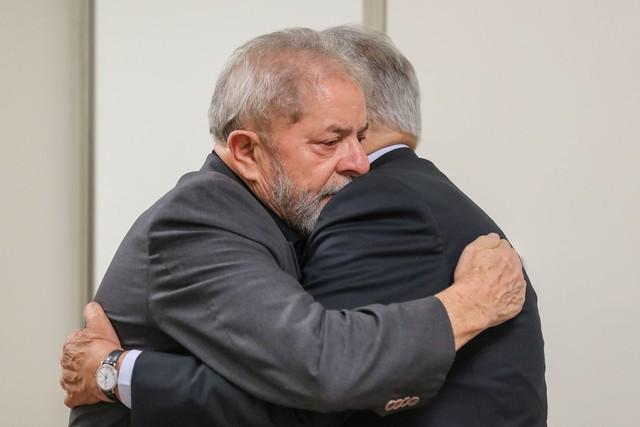 Lula recebe visita de FHC em hospital onde está dona Marisa