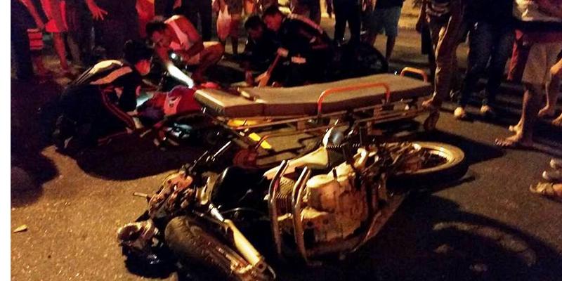 Acidente envolvendo duas motos deixa dois feridos em frente ao hospital de Patos