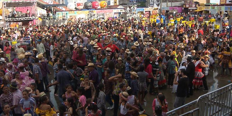 'Maior quadrilha junina do mundo' bate próprio recorde com 885 casais em Campina Grande