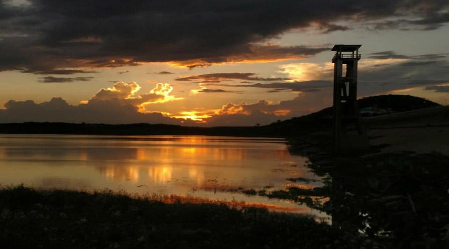 Uma bela imagem do Açude de Coremas e do pôr do sol na tarde de hoje
