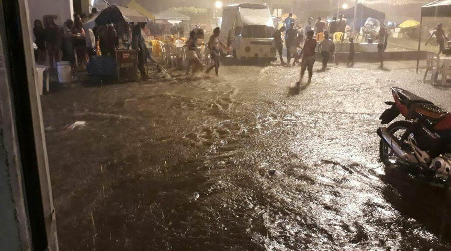 Chuva forte em Coremas interrompe carnaval e provoca alagamentos. Vídeo