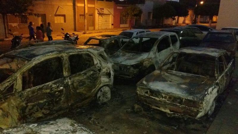 Mais um incêndio em São Bento: fogo destrói vários veículos estacionados por trás do fórum