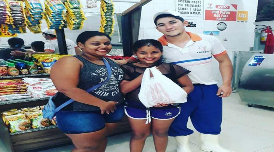 Frigotil faz a entrega de prêmio à vencedora do sorteio do Dia das Mães em Patos