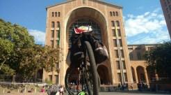 A bicicleta do fotógrafo pernambucano Kennedy em frente à Basílica de Aparecida: 'parte mais emocionante'. (Foto: Arquivo pessoal)
