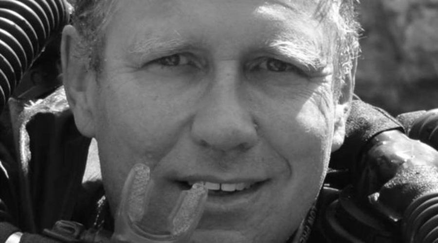 O mergulhador médico australiano que ficou com meninos na caverna até o final